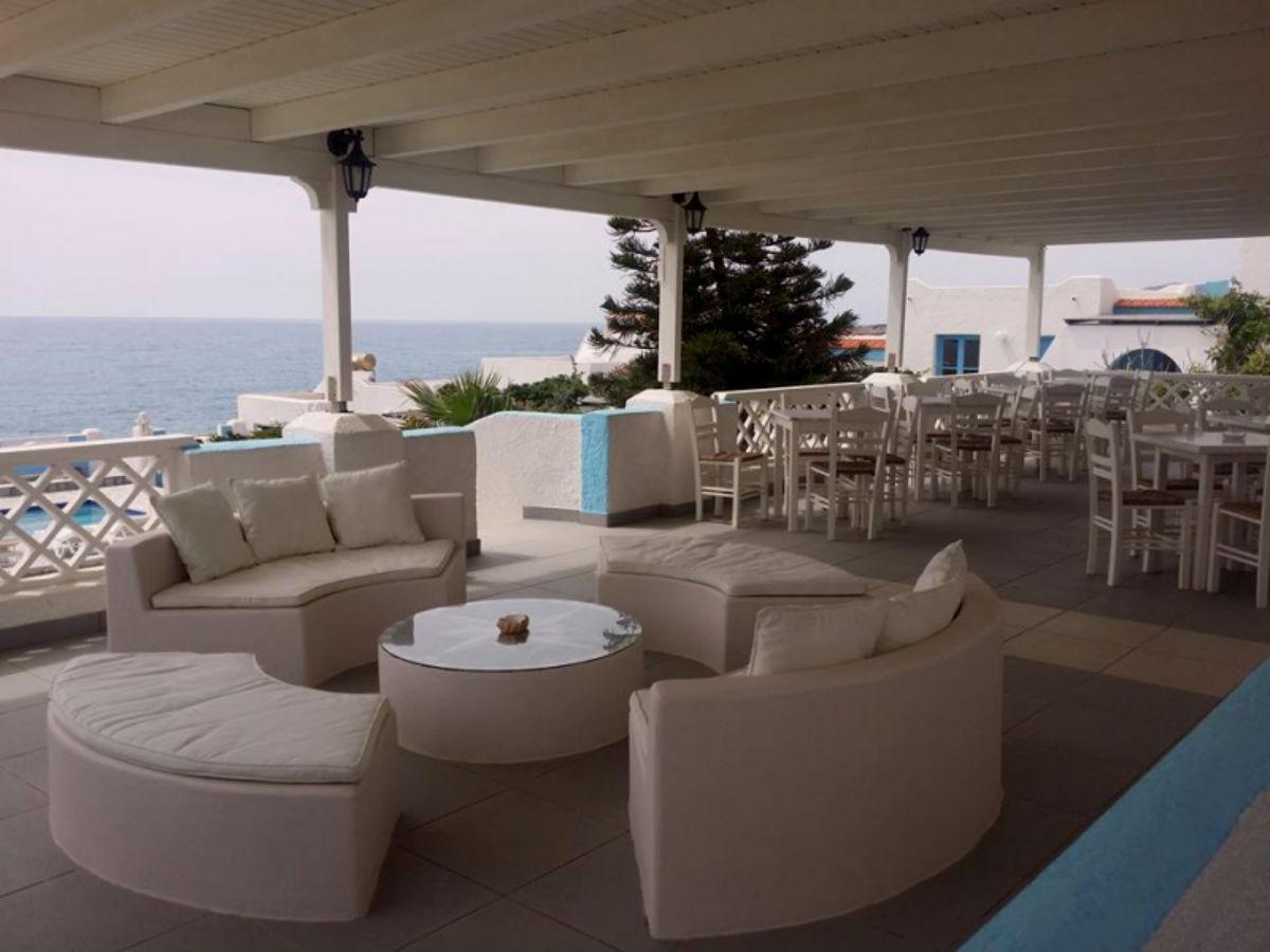 terras Eleni met uitzicht op zee